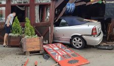 AUTOMOBIL se ZAKUCAO u baštu kafića!