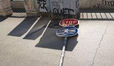 """""""STOP"""" LEŽI NA TROTOARU: Oboren saobraćajni znak u centru grada!"""